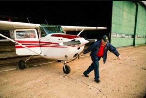 Dick Lubbersen, Pilot und Eigentümer von FD Air Tours, bereitet den Start auf dem Summerside-Flughafen vor, ...