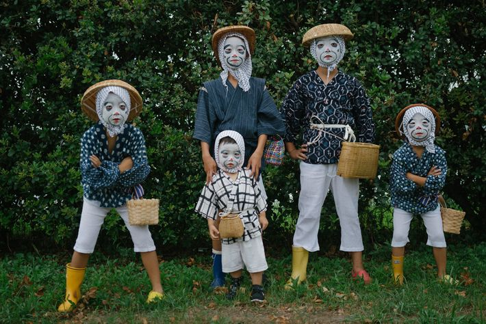 """Als """"betrunkene Fischer"""" verkleidete Kinder posieren für ein Foto."""