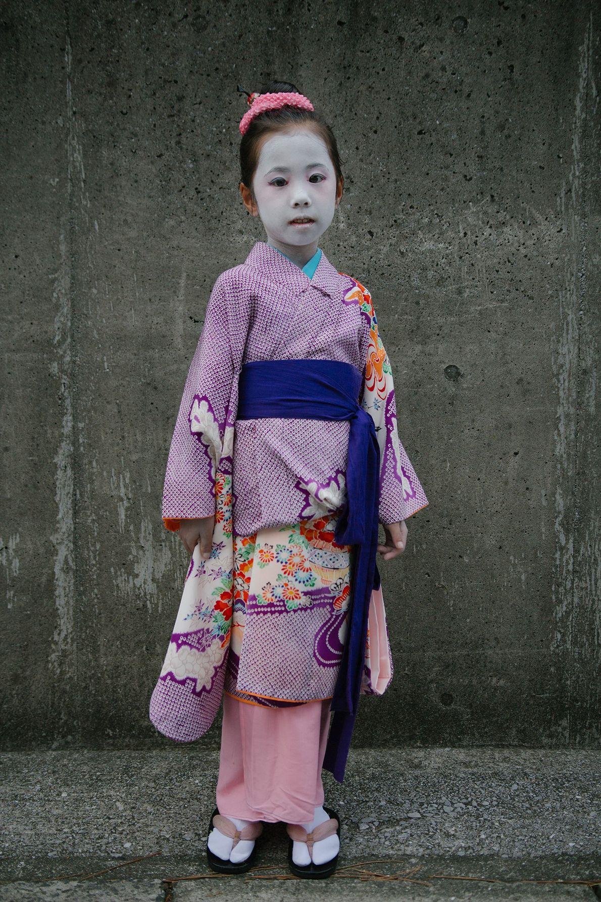 Als Kitsune, Tanuki und Geisha verkleidete Kinder posieren während des O-bon für Fotos.