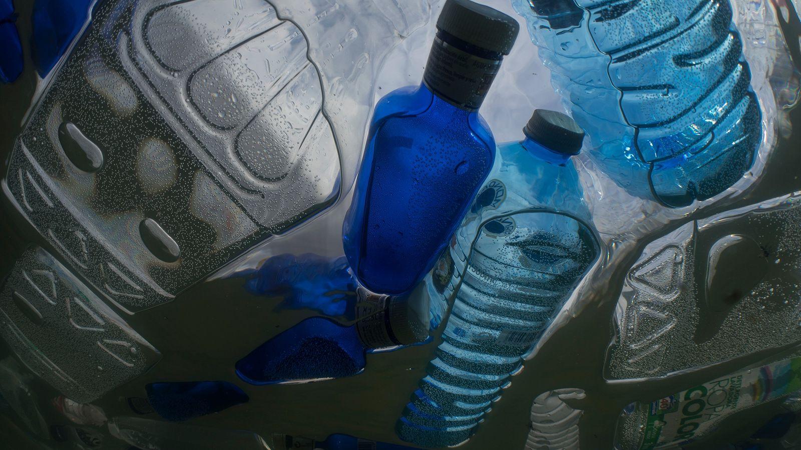 Auch solche Plastikflaschen sollen von dem Müllsammler des Projekts The Ocean Cleanup eingesammelt werden. Nach Jahren ...