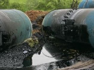 Öl, das aus Lecks in maroden Pipelines und Tanks austritt, verseucht oft ganze Landstriche.