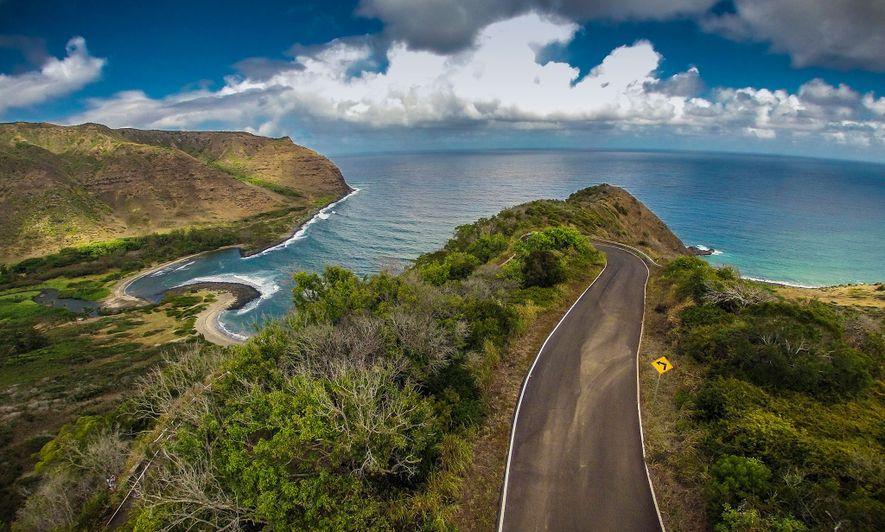 Eine Straße führt über die hawaiianische Insel Molokai bis zum Halawa Valley, von dem aus Besucher ...