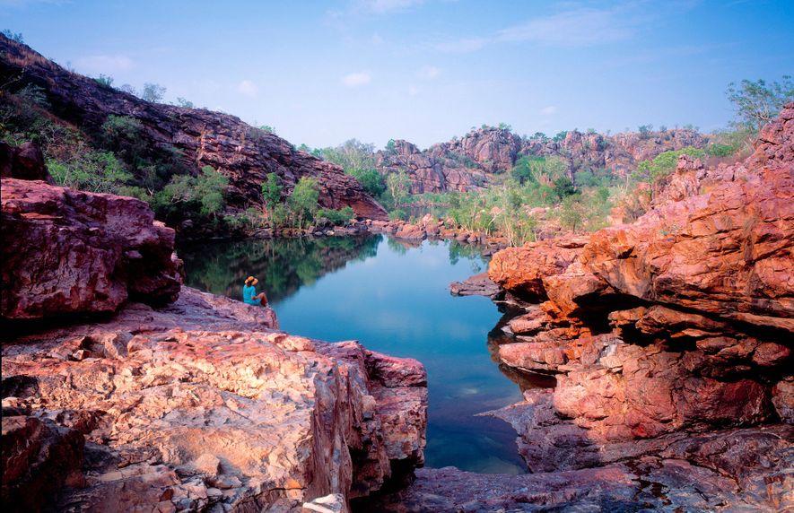 KAKADU-NATIONALPARK, AUSTRALIEN Ein Besucher überblickt Jarrangbarnmi, auch als Koolpin Gorge bekannt, im Kakadu-Nationalpark in Australien. Obwohl ...
