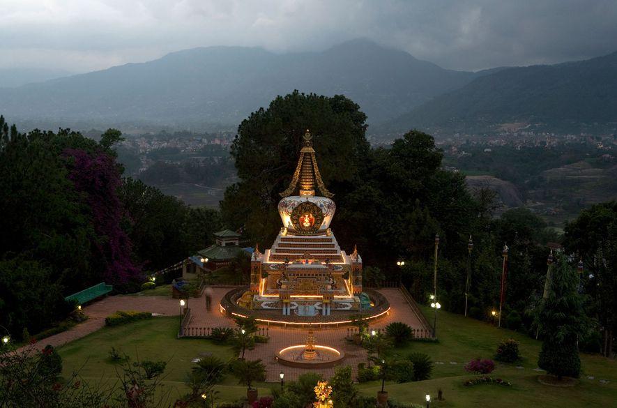 Lichter erhellen den buddhistischen Stupa beim Kloster Kopan in Nepal. Wenn Besucher für eine Übernachtung oder ...