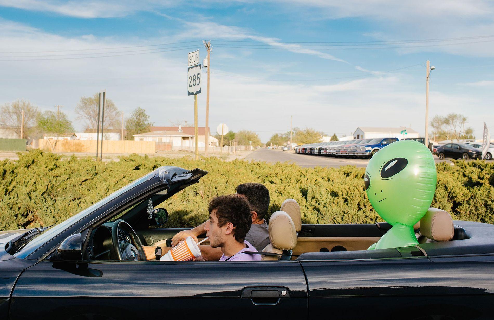 Zwei Männer reisen mit ihrem blinden Passagier auf dem Rücksitz nach Roswell in New Mexico. Der ...