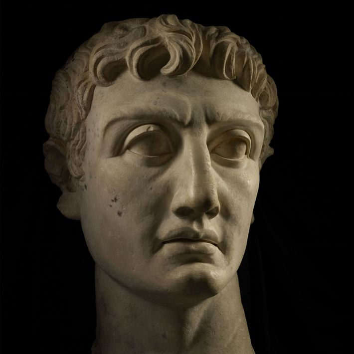 Eine Marmorbüste des römischen Imperator Caesar Divi filius Augustus.
