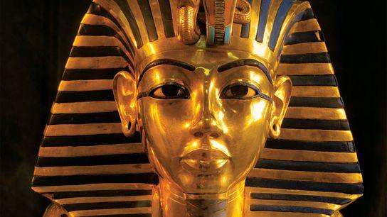 Nahaufnahme der goldenen Totenmaske des Pharaos Tutanchamun