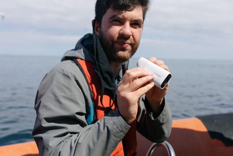 Robert Ormerod verwendet die Canon PowerShot ZOOM aus dem Festrumpfschlauchboot heraus.