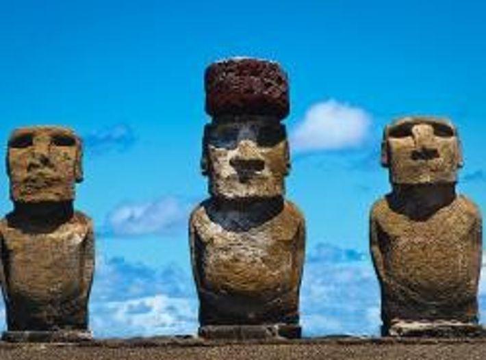 Die Steinhüte (Pukao) der Moai waren bis zu 2,40 Meter hoch. Standbilder mit Hut genossen womöglich ...