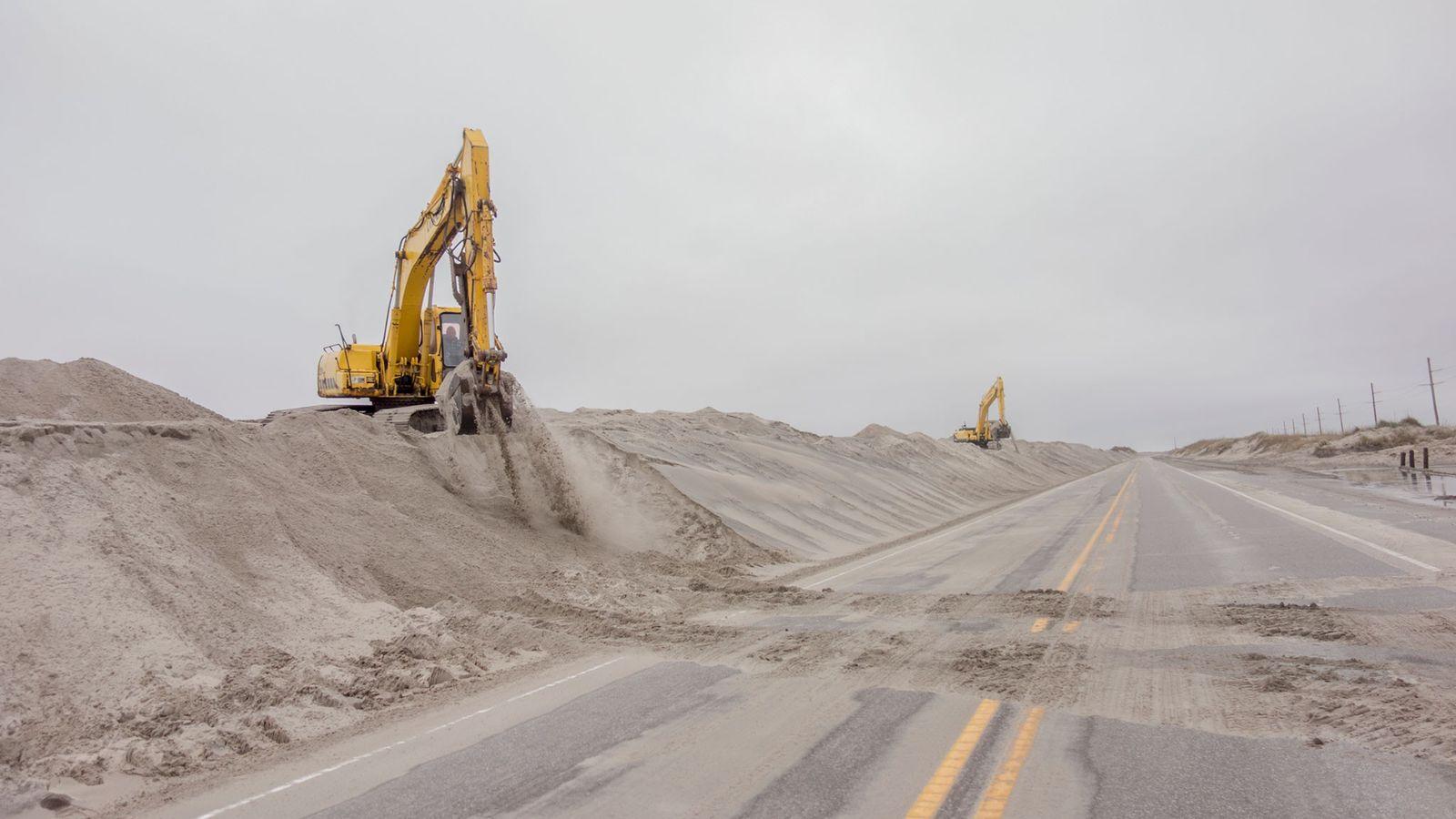 Vom Wind verwehter Sand am Cape Hatteras National Seashore sorgt regemäßig für Straßensperrungen und Aufräumaktionen. Der ...
