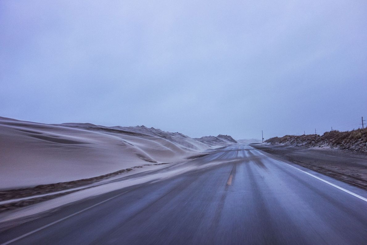 Vom Wind verwehter Sand bedeckt den North Carolina Highway 12, der gesperrt werden musste. Die Reparaturen ...