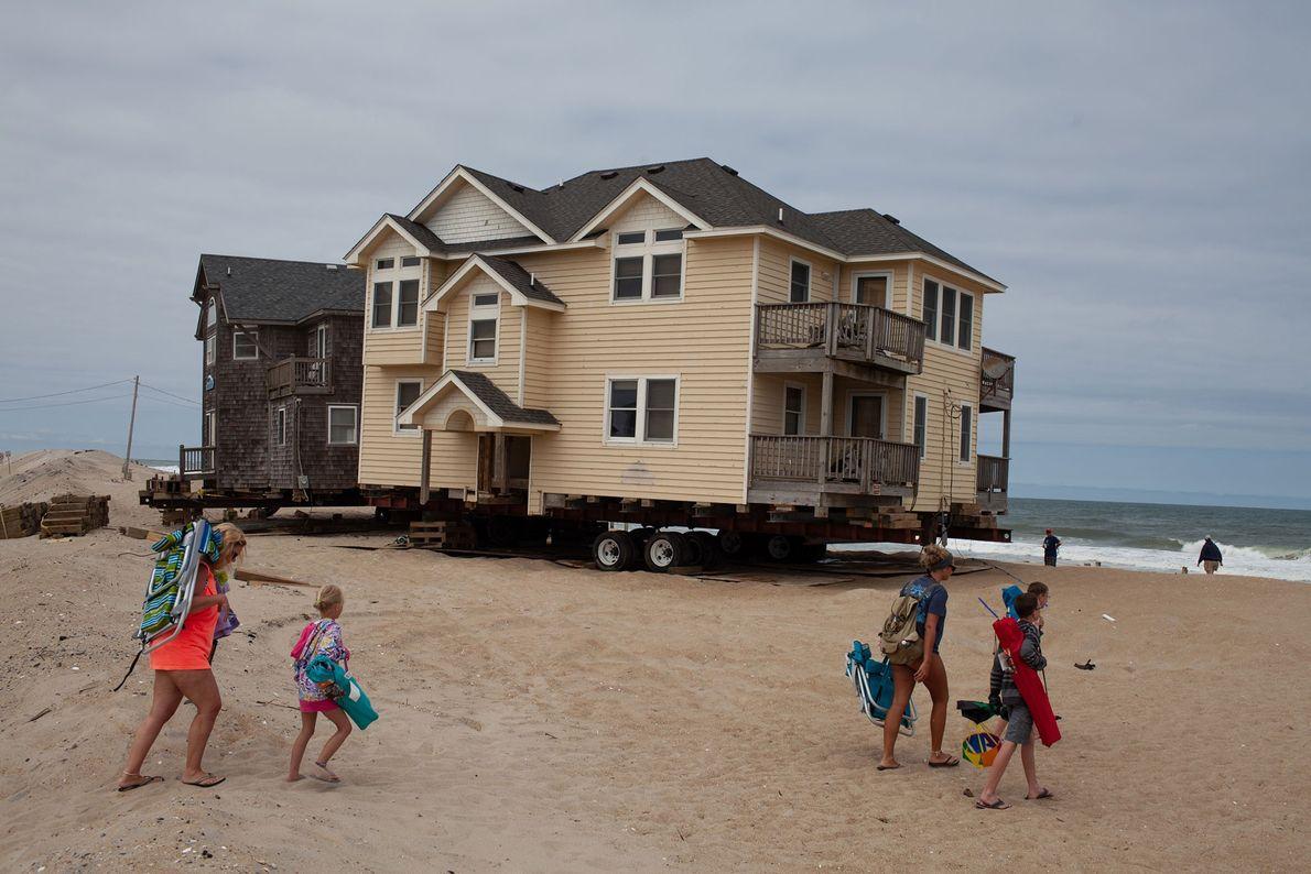 Viele küstennahe Häuser wie dieses in Rodanthe werden durch Stürme, Erosion und den steigenden Meeresspiegel bedroht. ...