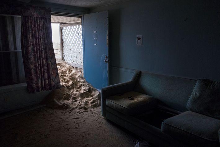 Sand schiebt sich in die mittlerweile zerstörte Beacon Motor Lodge in Nags Head, North Carolina. Einst ...