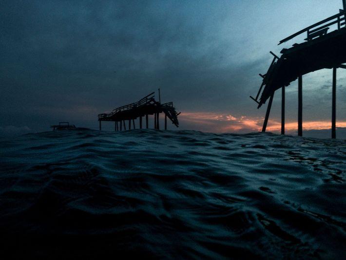 Als der Cape Hatteras Fishing Pier im Jahr 1962 eröffnet wurde, war er sechs Meter breit ...