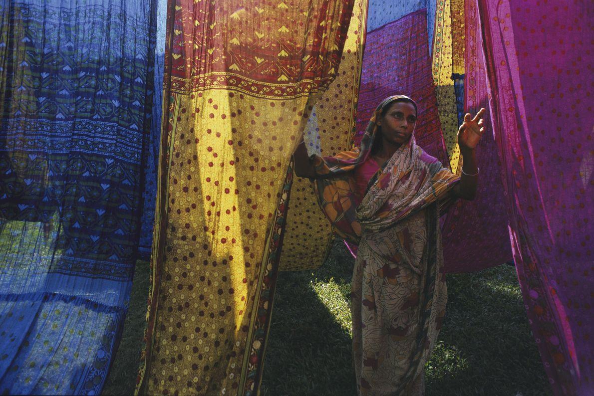 Frau zwischen Saris