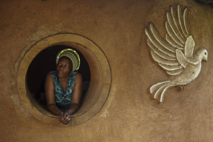 Dr. Karambu Ringera, die Gründerin von International Peace Initiatives, nimmt sich im kenianischen Meru einen Moment ...