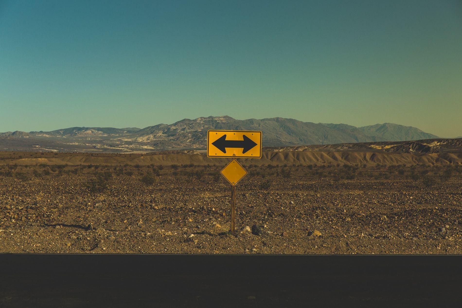 Wegweiser in der kargen Wüste