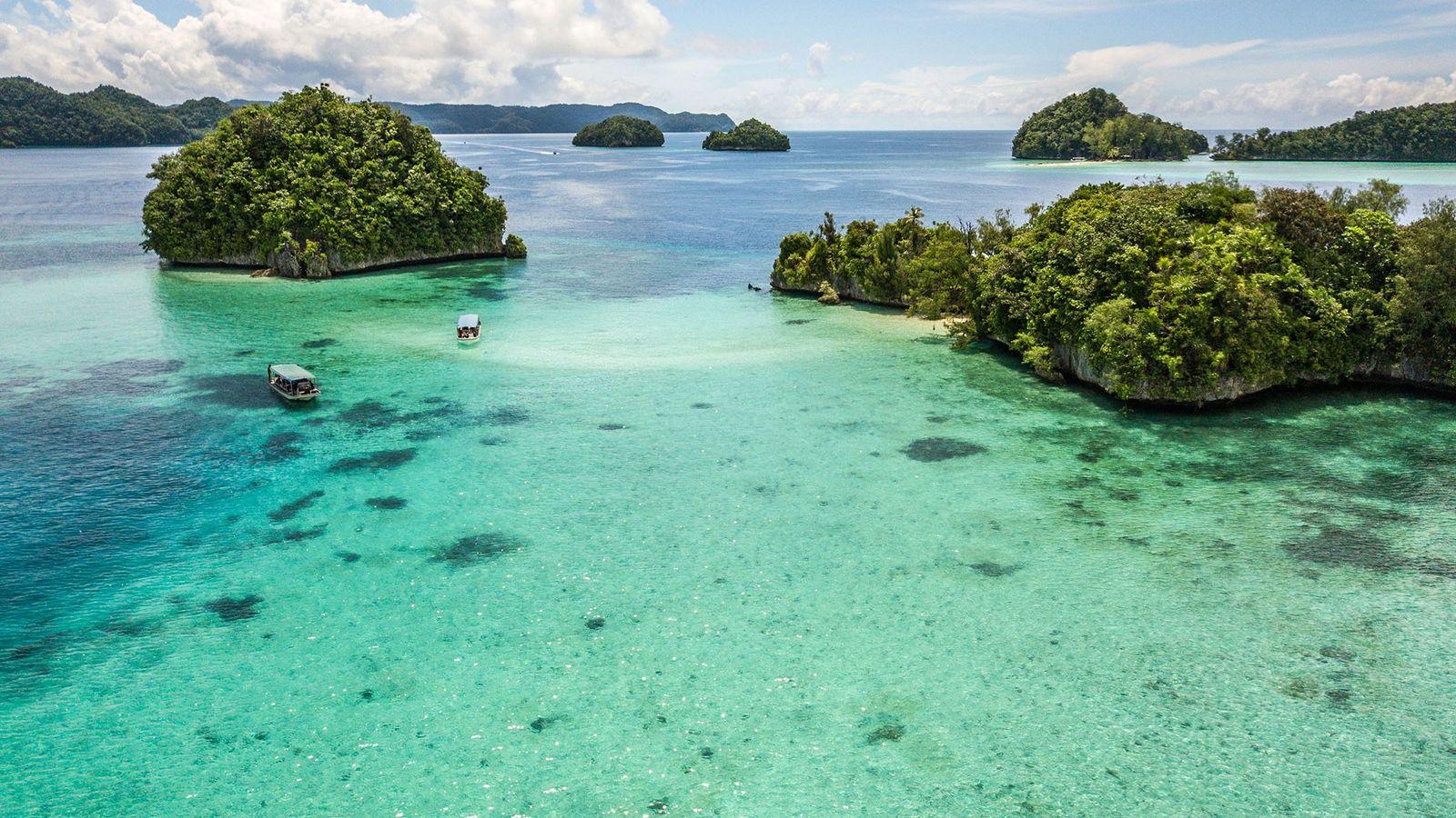 Besucher fahren mit Booten um die Rock Islands, einem UNESCO-Welterbe.