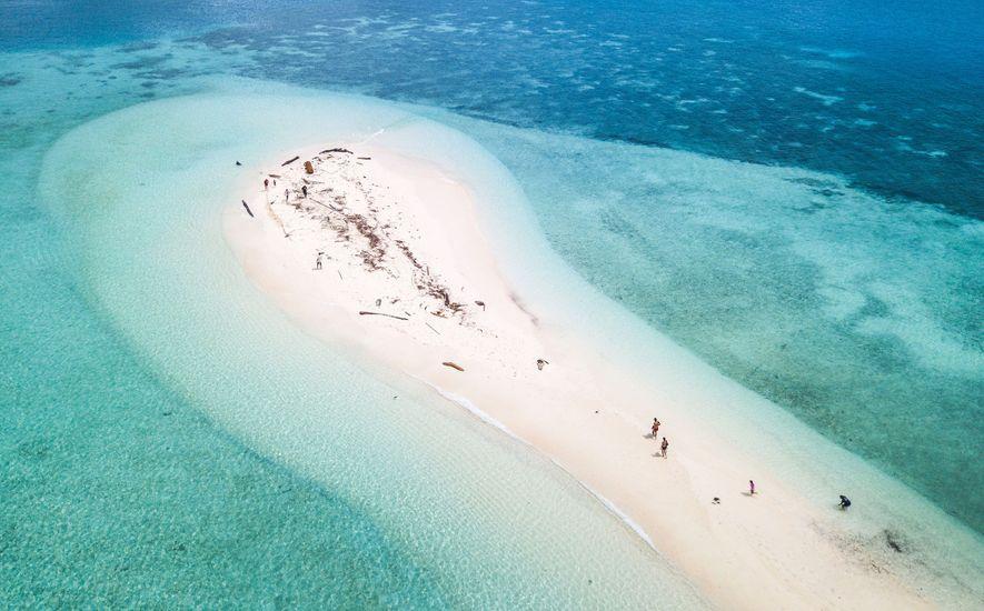 Während der Ebbe spazieren Besucher im Süden Palaus über eine Sandbank. Die abgelegene Inselgruppe liegt zwischen ...