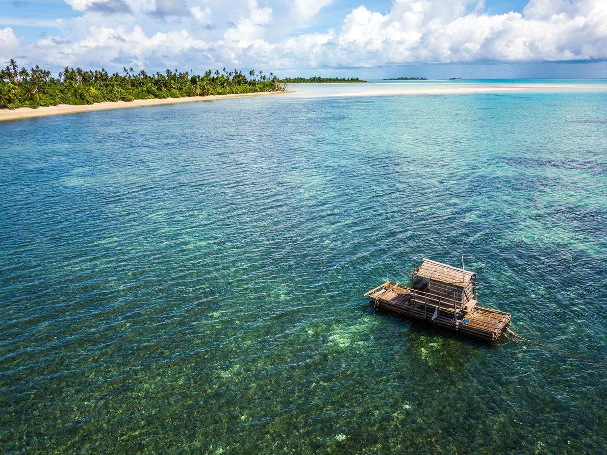 Diese schwimmende Hütte dient den Einwohnern des Kayangel-Atolls sowohl als Erholungsort als auch zum Fischen.