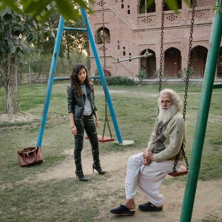 Aftab Sheikh (rechts), der Leiter der Künstlerkommune Harsukh, redet mit Zainab Sattar, die aus Lahore kommt ...