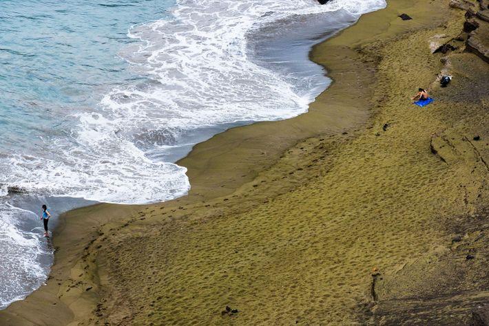 Foto von Leuten auf dem grünen Sand des Papakolea Beach in Hawaii