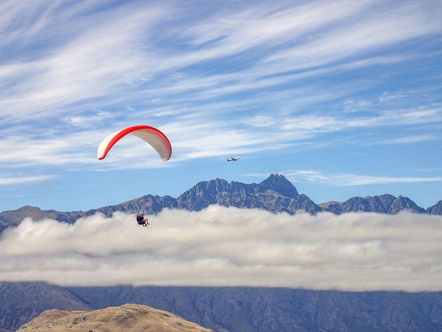 Paraglider nach einem Sprung von Bob's Peak