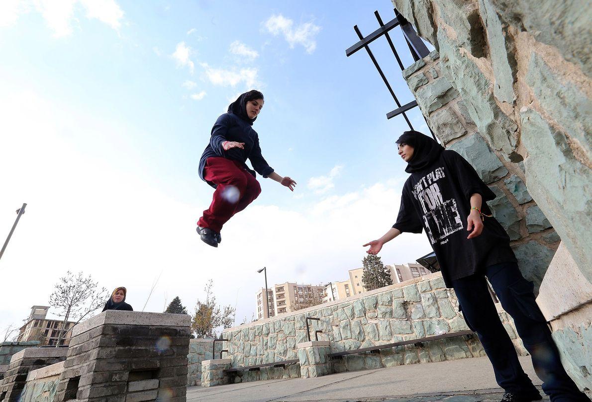 Eine iranische Frau übt Parkour im Travalod-Park von Teheran.