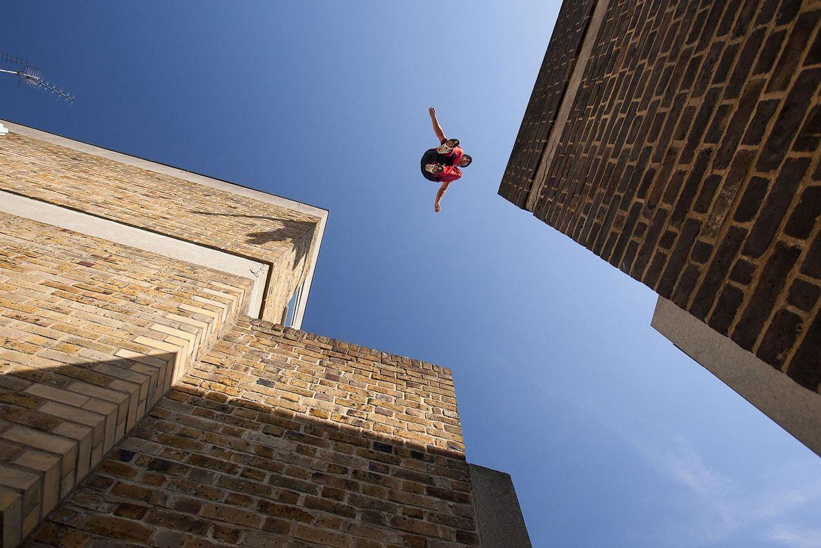 Ein Mann springt in London über Dächer. Im Laufe der Jahre sind bei solchen Manövern mehrere ...