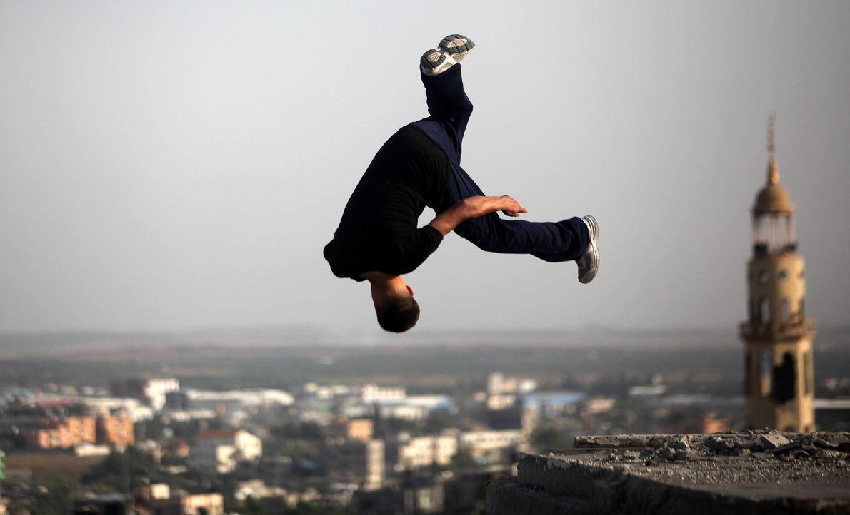 Ein Teenager trainiert sein Können auf den Ruinen eines zerstörten Gebäudes im Gazastreifen.