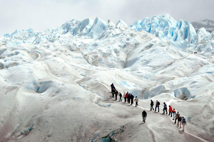 Auf dem Perito-Moreno-Gletscher im Nationalpark Los Glaciares sind Besucher von etwa 254 Quadratkilometern Eis umgeben.