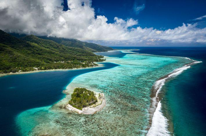 Die Insel Moorea und das Motu Ahi voller Lagunen und Berge bieten aus der Luft einen ...