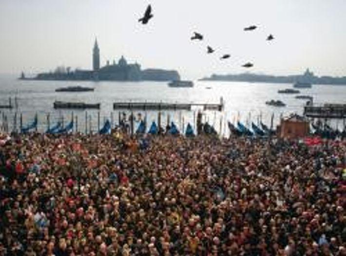 Die Flut von Touristen erreicht zum Karneval ihren Höhepunkt. Sie strömen von der Mole an die ...