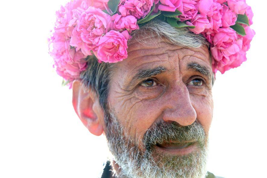 Yonko Yonkov trägt einen Kranz aus Rosen, den er für Gäste in seinem Rosengarten anfertigt.