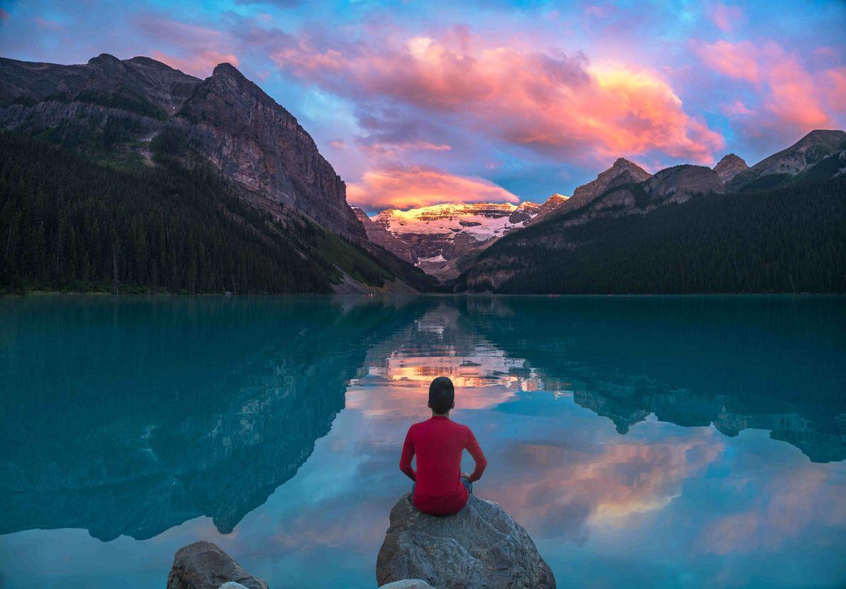 Sonnenaufgang über dem Lake Louise.