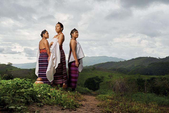 Drei Frauen tragen traditionelle Huipil-Gewänder mit Pozahuanco-Tüchern.