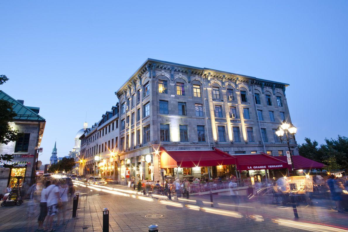 Der Place Jacques-Cartier in Vieux-Montréal ist seit mehr als zwei Jahrhunderten das Zentrum des Straßenlebens der ...