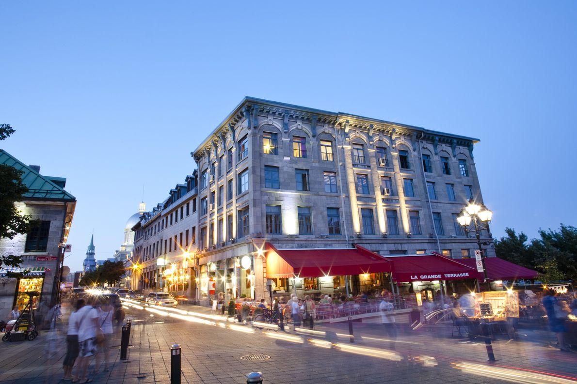 Der Place Jacques-Cartier in Vieux-Montréal ist seit mehr als zwei Jahrhunderten das Zentrum des Straßenlebens der …