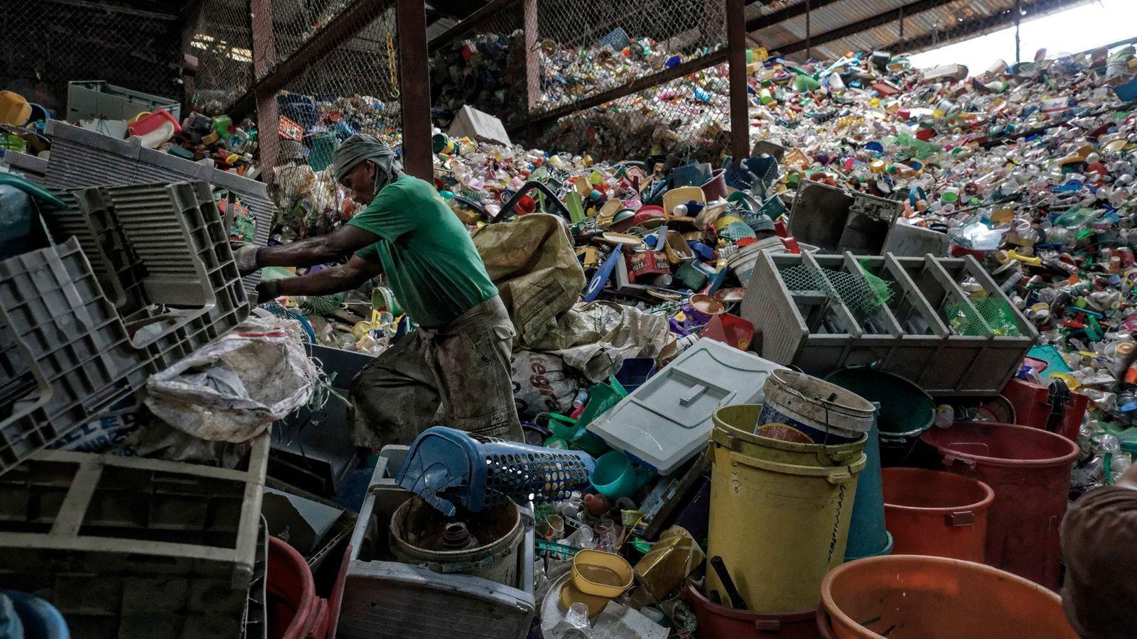 Die Philippinen leisten den drittgrößten Beitrag zur Plastikverschmutzung der Meere. Auf diesem Bild wird gerade Müll ...