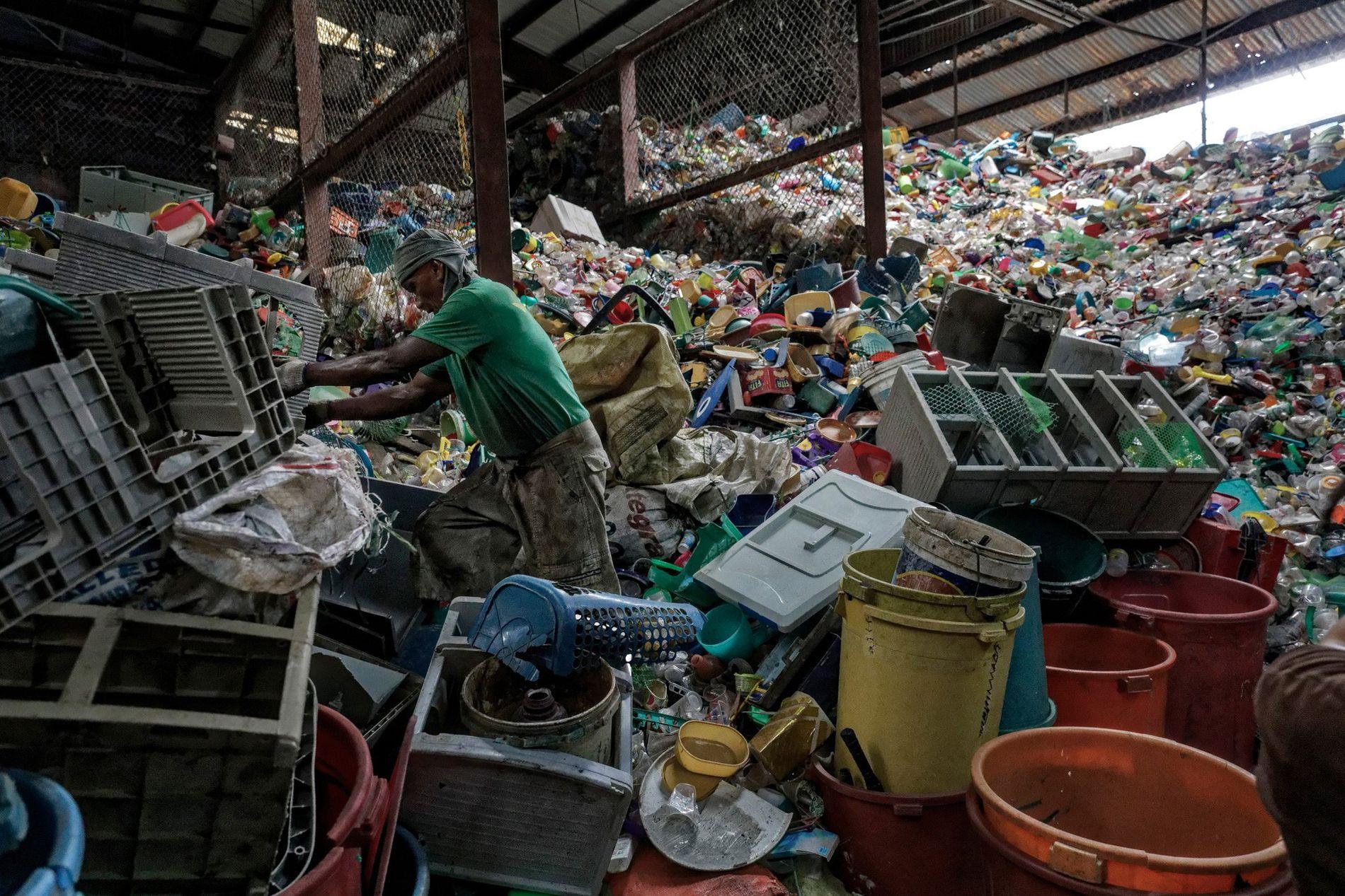 Die Philippinen leisten den drittgrößten Beitrag zur Plastikverschmutzung der Meere. Auf diesem Bild wird gerade Müll sortiert.