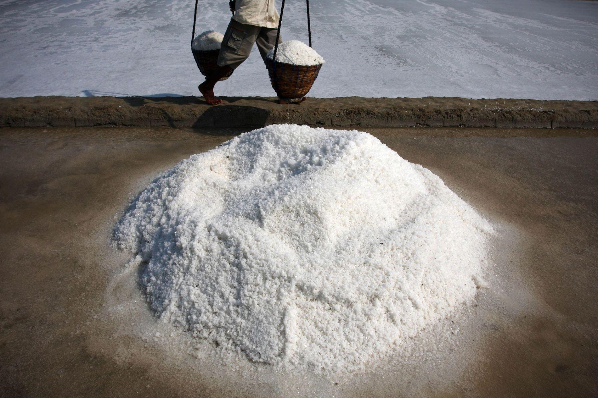 Auf der indonesischen Insel Madura wird Salz durch die Verdunstung von Meerwasser hergestellt, eine sehr alte ...