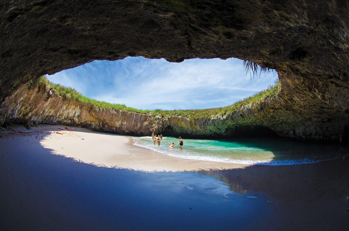 Foto von Menschen, die den Playa del Amor auf den Marieta-Inseln erkunden, Mexiko