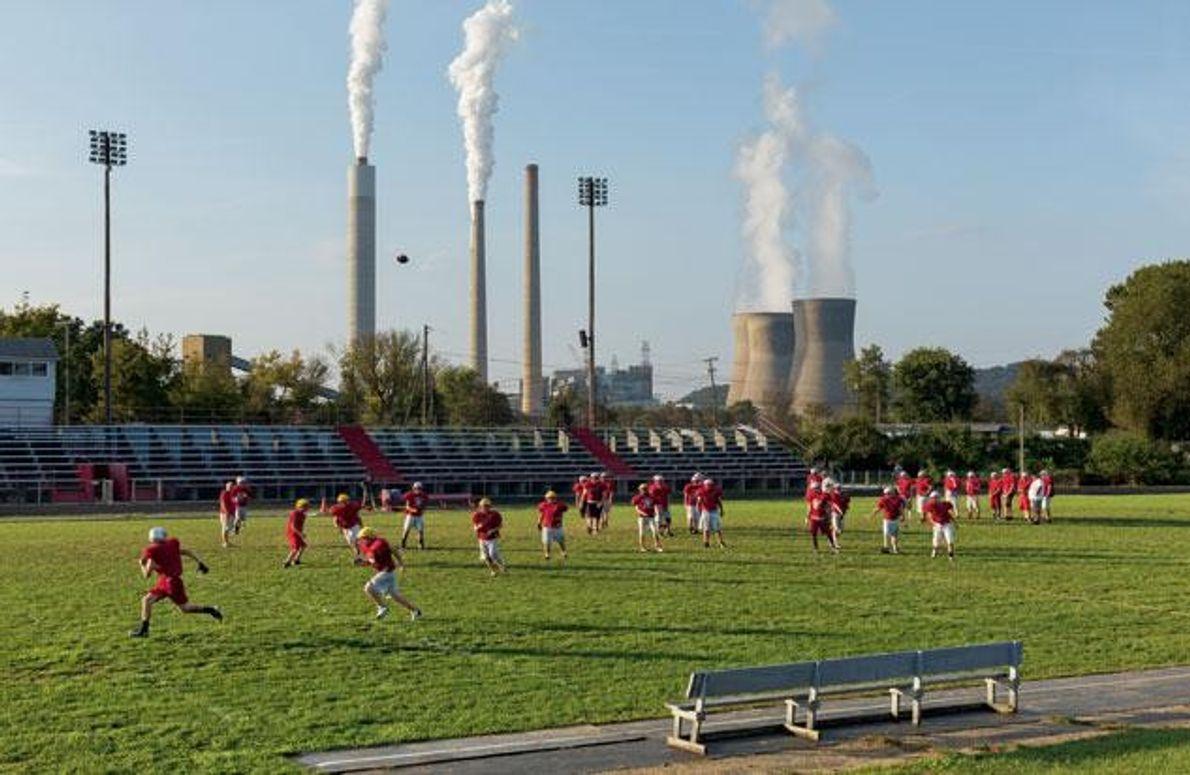 Das Football-Team der örtlichen Highschool trainiert neben einem Kohlekraftwerk, das in West Virginia fast zwei Millionen …