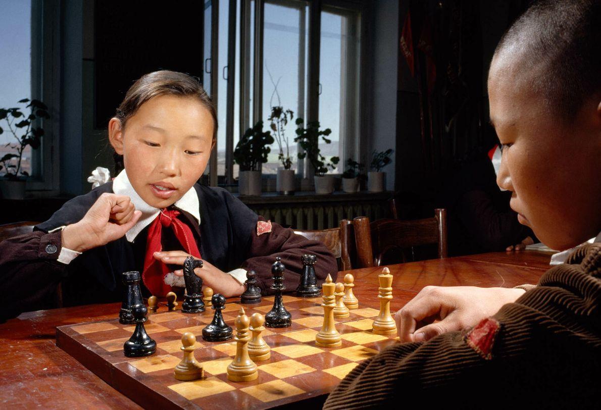Mongolische Kinder spielen Schach