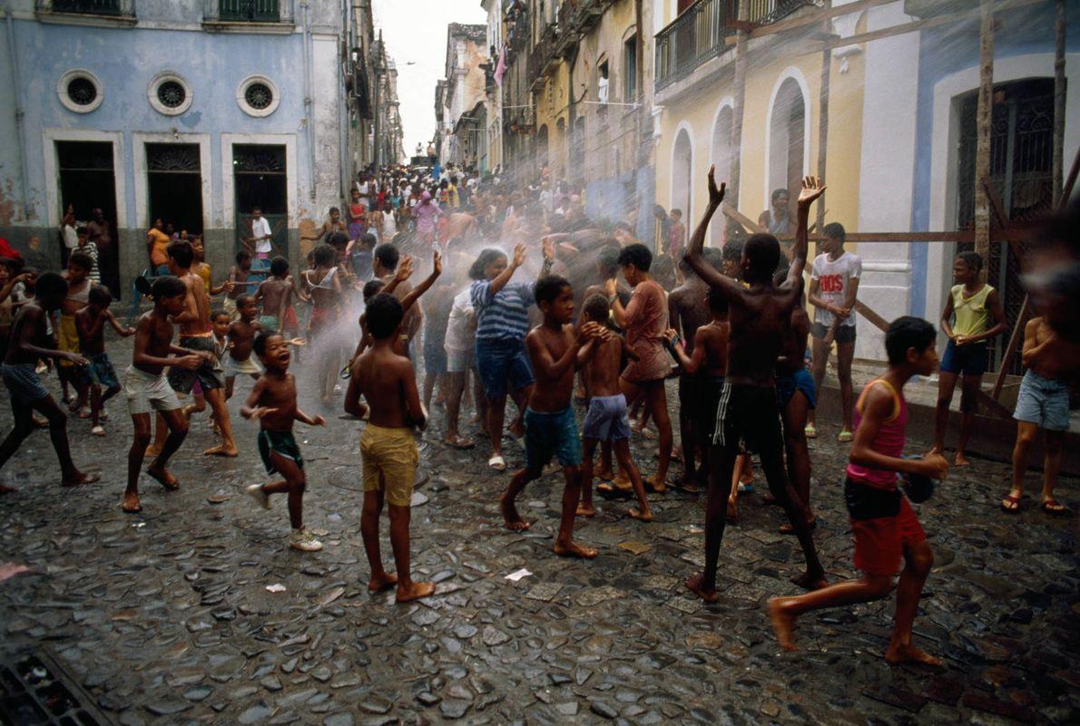 Kinder spielen auf einem Platz in Salvador