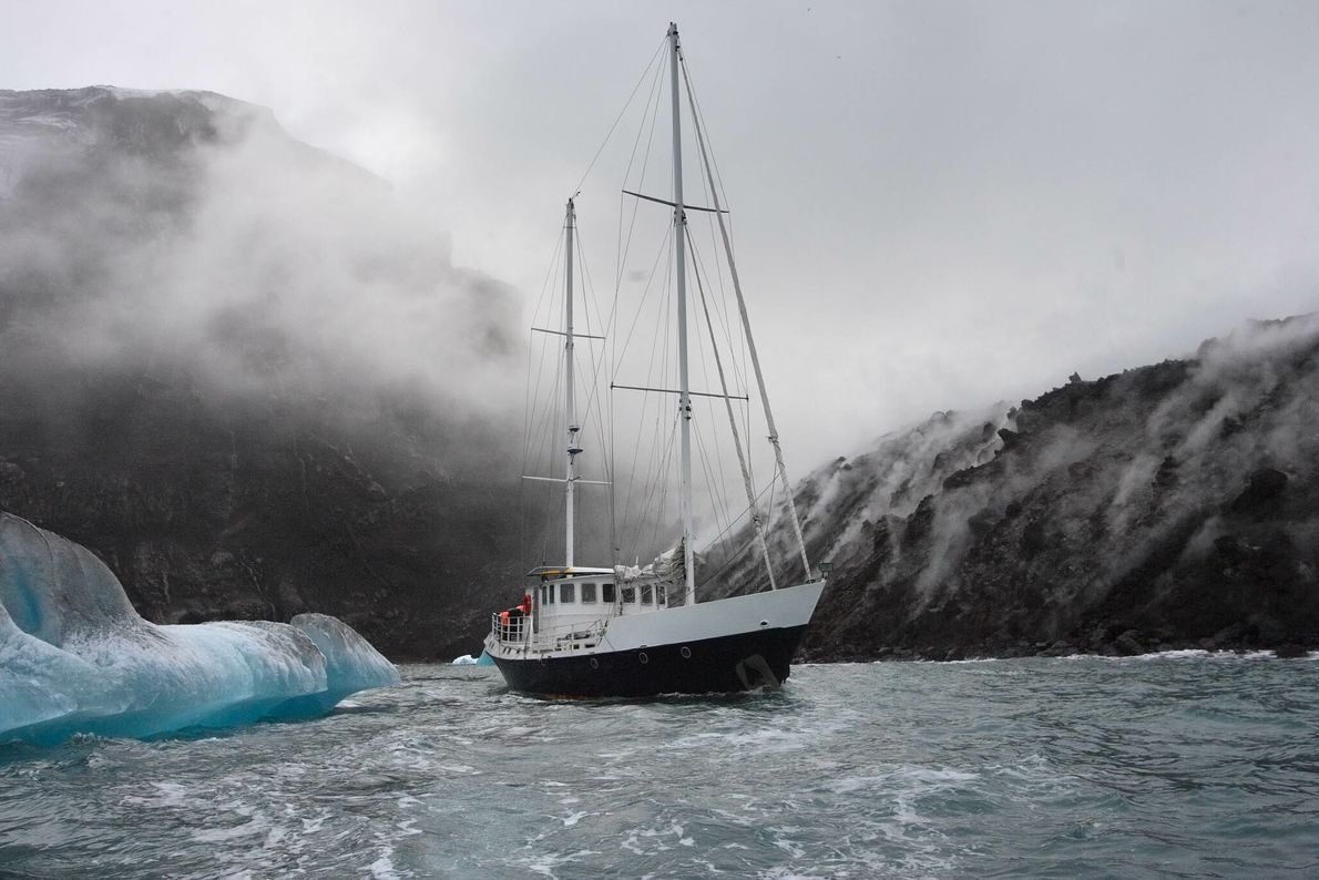 Yacht zwischen Eisbergen und Vulkangestein