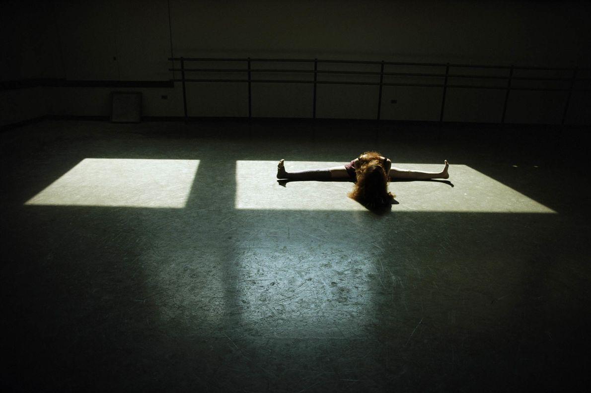 Aufwärmübungen einer Tanzstudentin