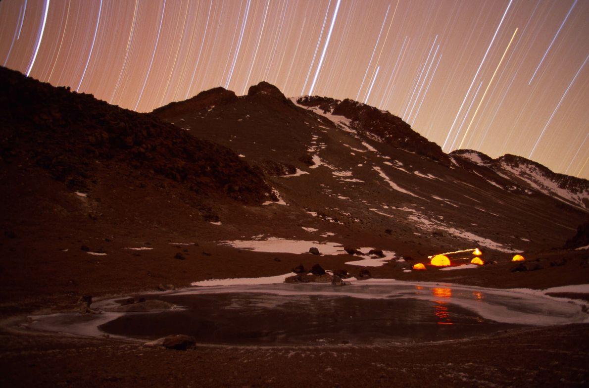 Sterne über dem Llullaillaco in den chilenischen Anden