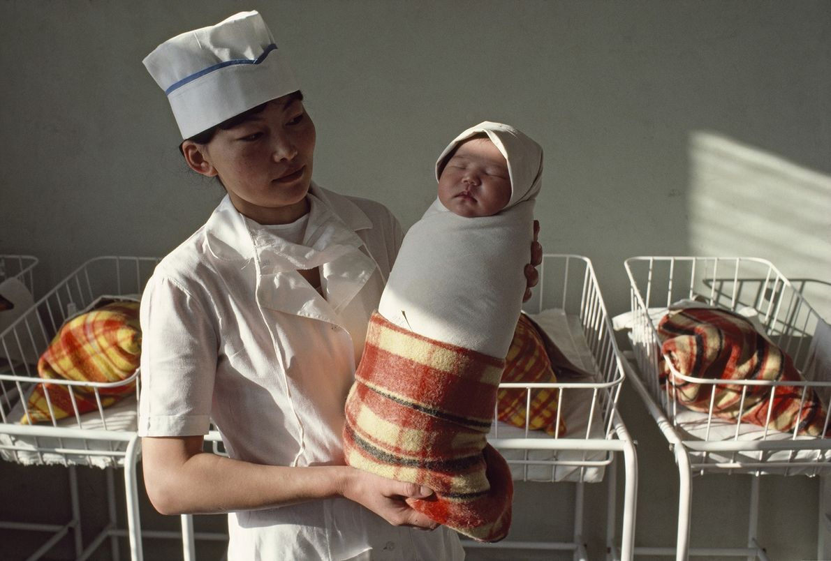Krankenschwester mit Neugeborenem in Ulaanbaatar