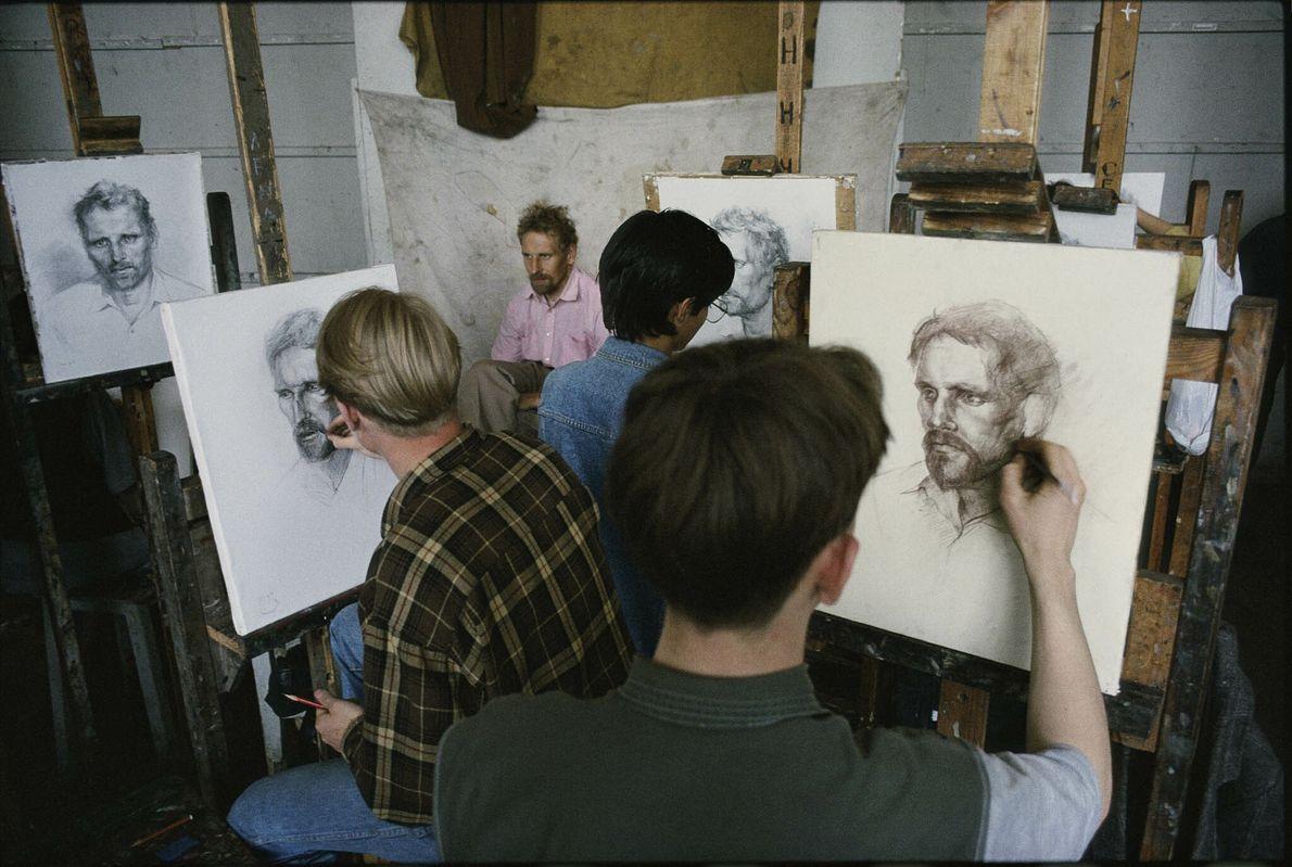 Porträtzeichner mit einem Modell